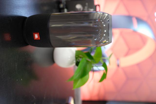 JBL Pulse3高中低音区分频清晰 灯光炫酷