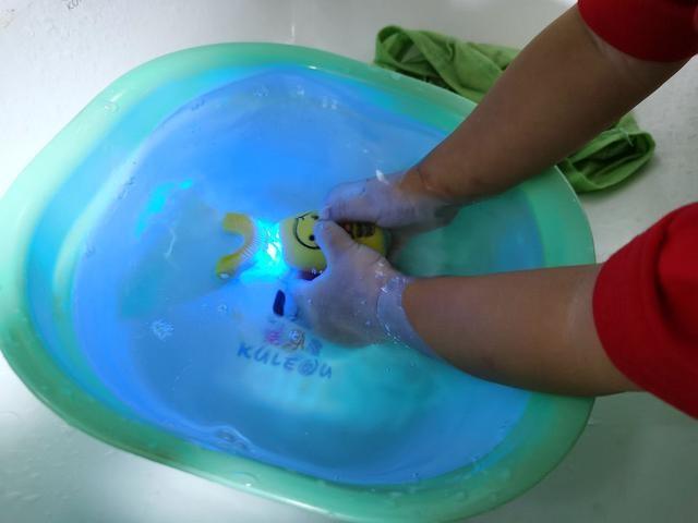 宝宝不爱刷牙、吃牙膏,老婆买了根近400的电动牙刷,奇迹出现了