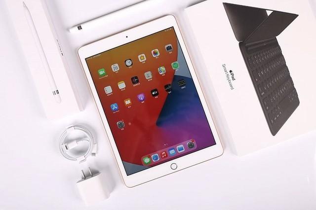 苹果iPad8真机图赏:颜值出众依旧 全尺寸键盘好手感