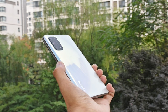 真我X7 Pro 5G,幻梦白如玉在手,轻薄高颜