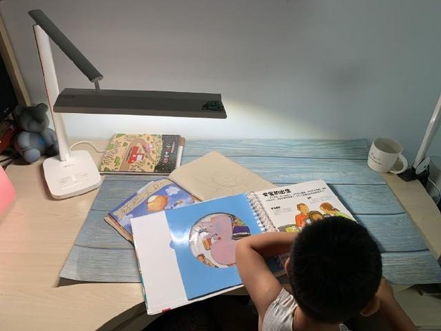 眼爸爸台灯轻体验:光线均匀,更适合长时间学习