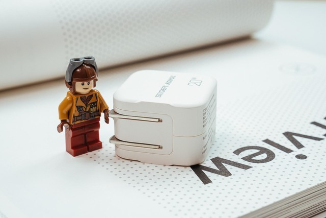 给iPhone12准备,更快更小的充电器:斯泰克20W充电器