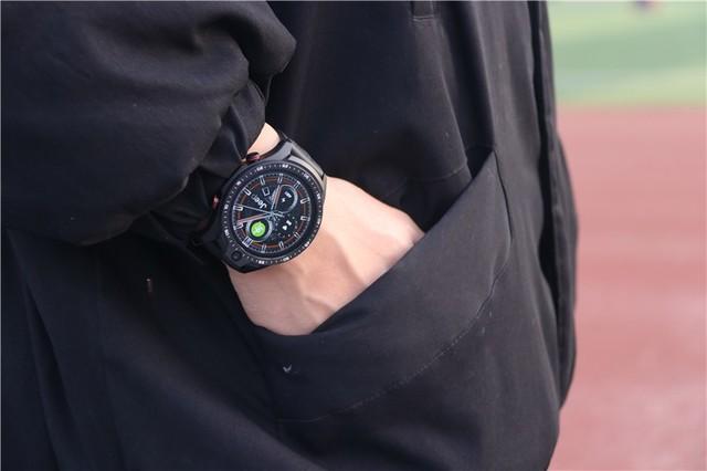 车企跨界造手表,能刷抖音能拍照:Jeep黑骑士体验